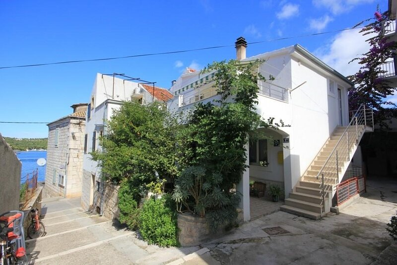 Zoki - great location close to the sea: A2 Plavi(2+2) - Vis, vacation rental in Vis