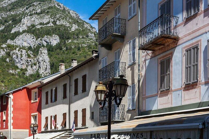 Sunny 1-Bed apartment in lovely mountain village, location de vacances à Alpes Maritimes