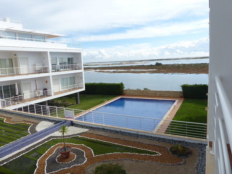 Beautiful 2 bed apartment with sea view & wifi, alquiler vacacional en Fuzeta