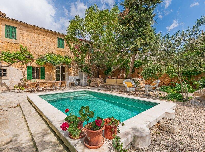 Villa Santanyí sueño de verano, piscina, wifi, parking, en el corazón de, holiday rental in Santanyi