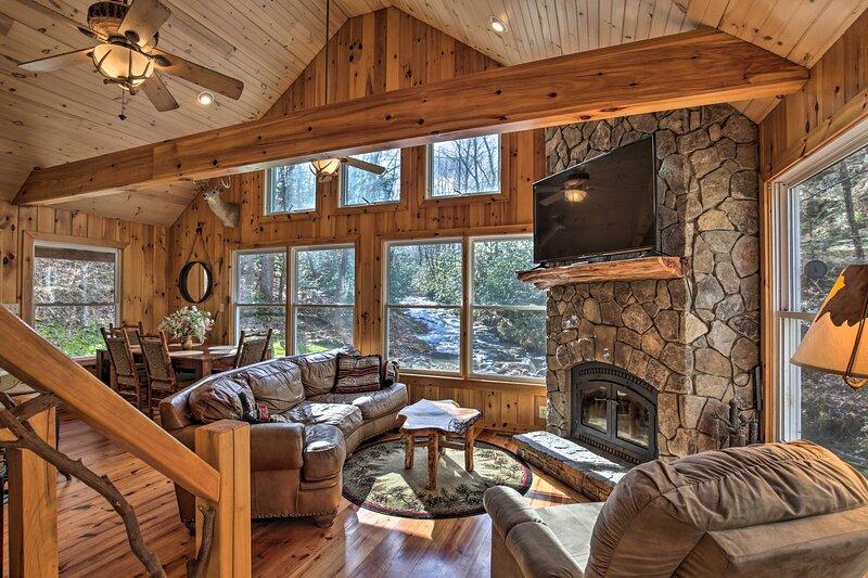 NEW! Creekside Cabin w/ Porch, Fireplace & Views!, location de vacances à Cherrylog