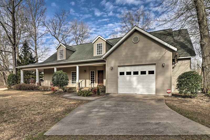 NEW! Luxurious Home w/ Direct River Access & Views, holiday rental in Tumbling Shoals