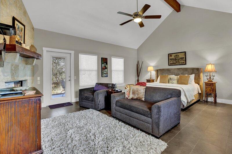 New! Luxury Cottage w/Views-Fireplace-Spa Bath, location de vacances à Doss
