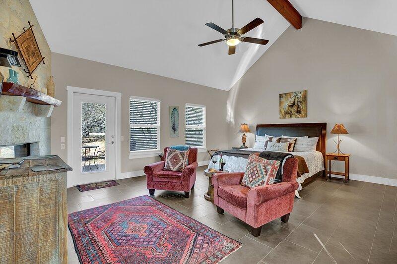 New! Luxury Cottage w/Views, Fireplace, & Grill!, location de vacances à Doss