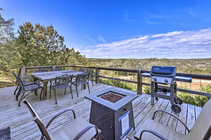NEW! Hill Country Escape w/ Hot Tub, 3 Mi to Dtwn!, holiday rental in Kyle