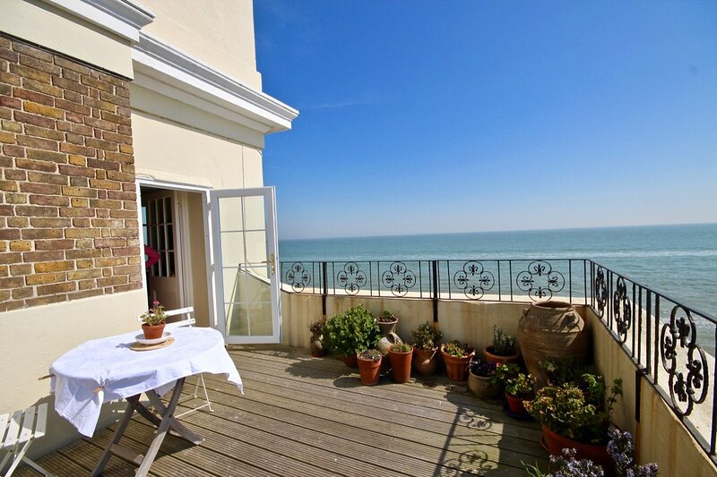 Albion House - A delightful apartment on the seafront in Deal, with stunning vie, holiday rental in Worth