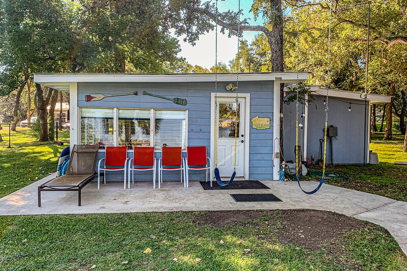 Charming lakefront home with lake view, dock, and paddle boat - dog friendly!, casa vacanza a Sunrise Beach