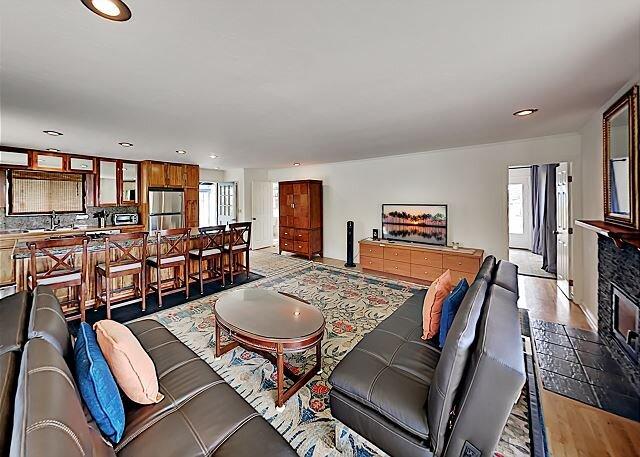 Waimea Estate | 2 Decks & Home Office | Near Parker Ranch & Beach, holiday rental in Kukuihaele