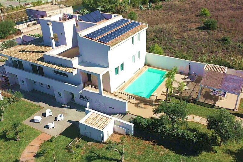 Villa Delia, con piscina e idromassaggio privati, a 300m dalla spiaggia, location de vacances à Granitola