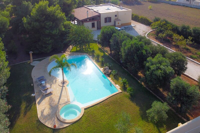 Villa Matilde, piscina privata e idromassaggio, pineta, 400m dalla spiaggia, vacation rental in Mazara del Vallo