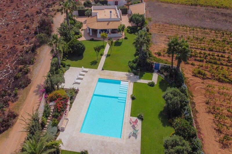 Villa Le Rondini, piscina privata, ampio giardino a 700m dal mare, location de vacances à Granitola