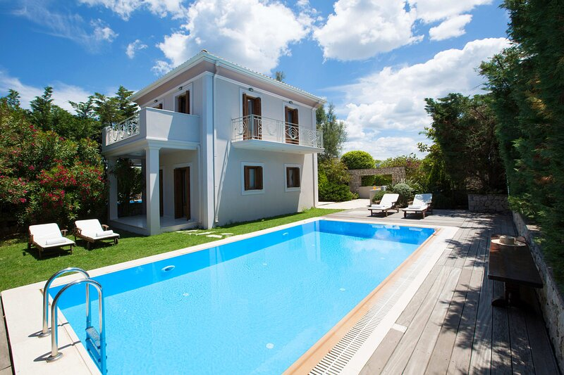 Aeriko-Nefeli Beachfront Villa with Stunning View and Private Pool., holiday rental in Frini