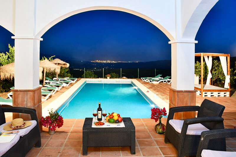 BEAUTIFUL VILLA 12P, INCREDIBLE VIEWS OF THE MOUNTAINS AND SEA, LARGE POOL., holiday rental in El Borge