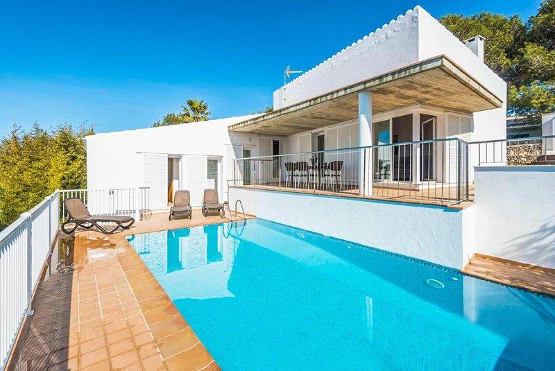 Villa Casa Xaloc: Large Private Pool, Walk to Beach, A/C, WiFi, holiday rental in Binibeca