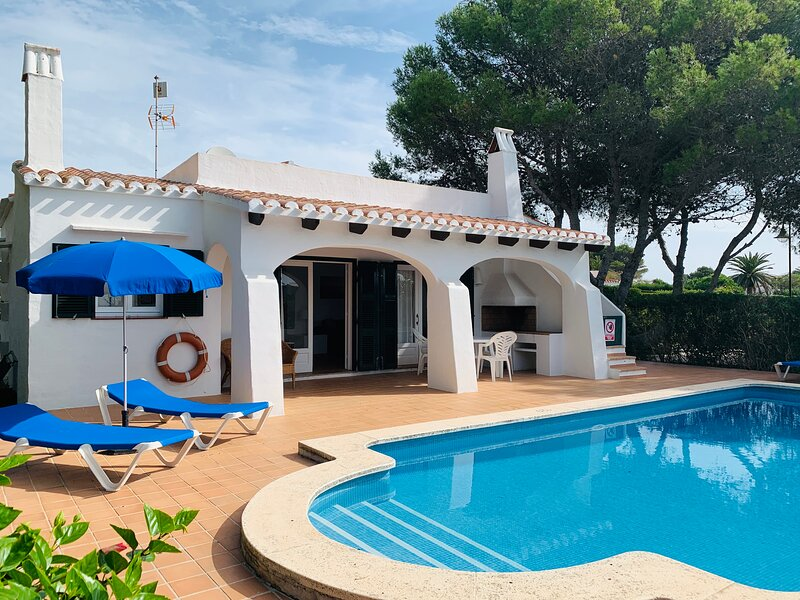 Villa Binimary: Large Private Pool, Walk to Beach, WiFi, Car Not Required, holiday rental in Binibeca