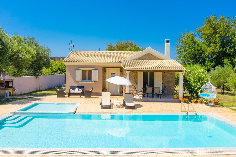 Villa Popi: Large Private Pool, Walk to Beach, A/C, WiFi, holiday rental in Astrakeri