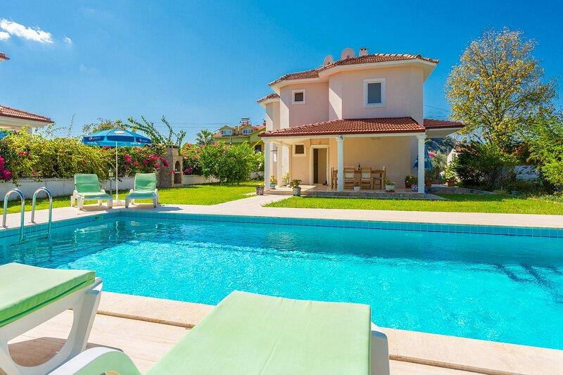 Villa Atlantis: Large Private Pool, A/C, WiFi, Car Not Required, alquiler vacacional en Okcular
