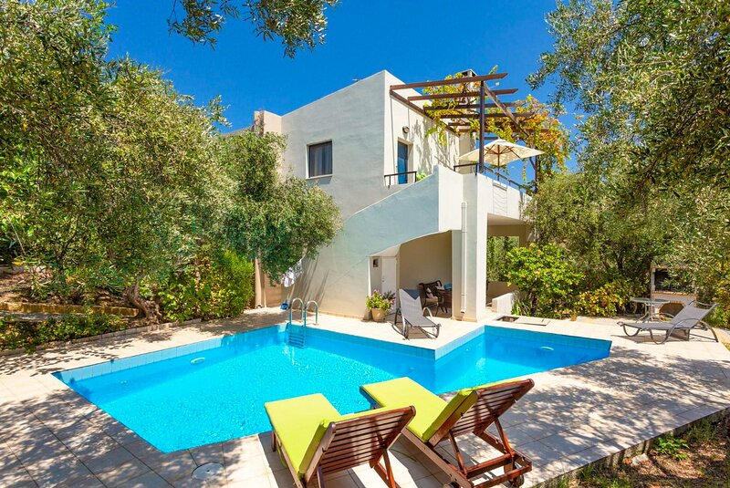Villa Dimitra: Large Private Pool, Sea Views, A/C, WiFi, Eco-Friendly, holiday rental in Galatas