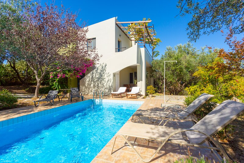 Villa Manolis: Large Private Pool, A/C, WiFi, Eco-Friendly, holiday rental in Galatas