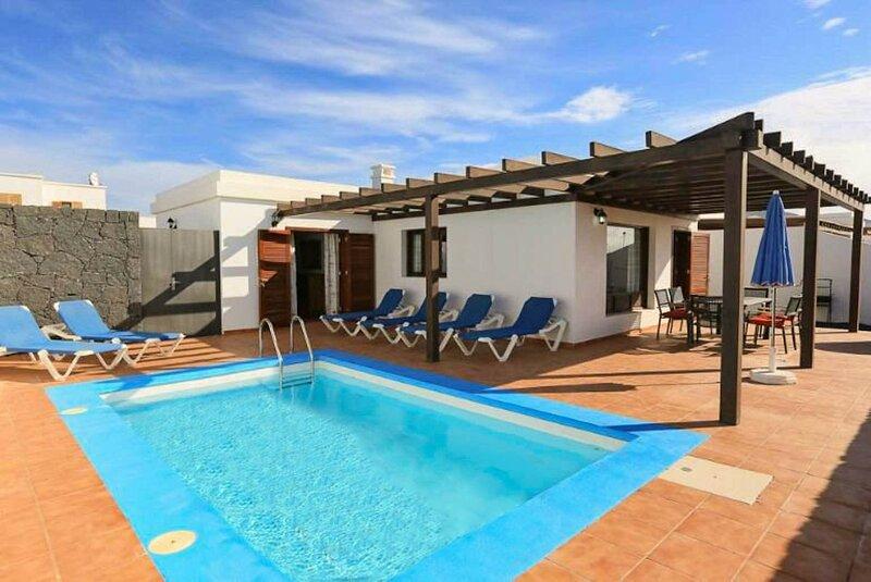 Villa Pepe: Heated Private Pool, Walk to Beach, Sea Views, A/C, WiFi, holiday rental in Playa Blanca