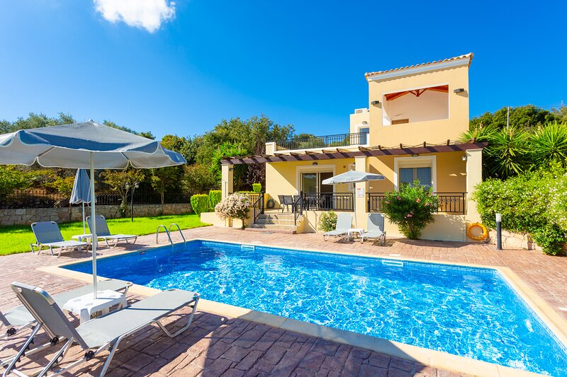 Villa Mary: Large Private Pool, Walk to Beach, Sea Views, A/C, WiFi, aluguéis de temporada em Kato Valsamonero
