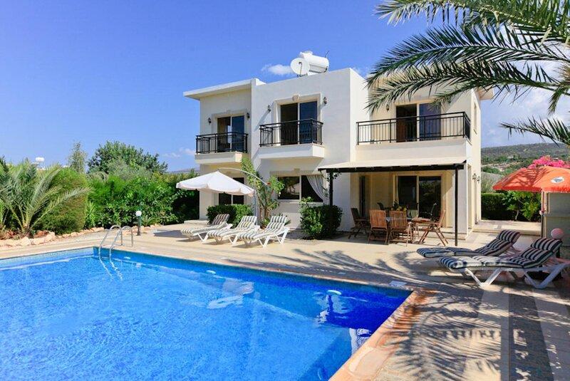 Villa Mayia: Large Private Pool, Walk to Beach, Sea Views, A/C, WiFi, alquiler vacacional en Lara