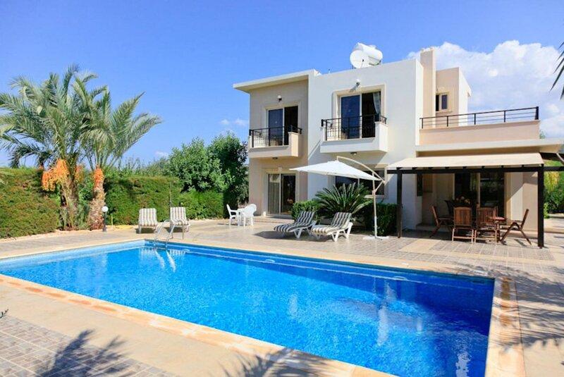 Villa Themis: Large Private Pool, Sea Views, A/C, WiFi, alquiler vacacional en Lara