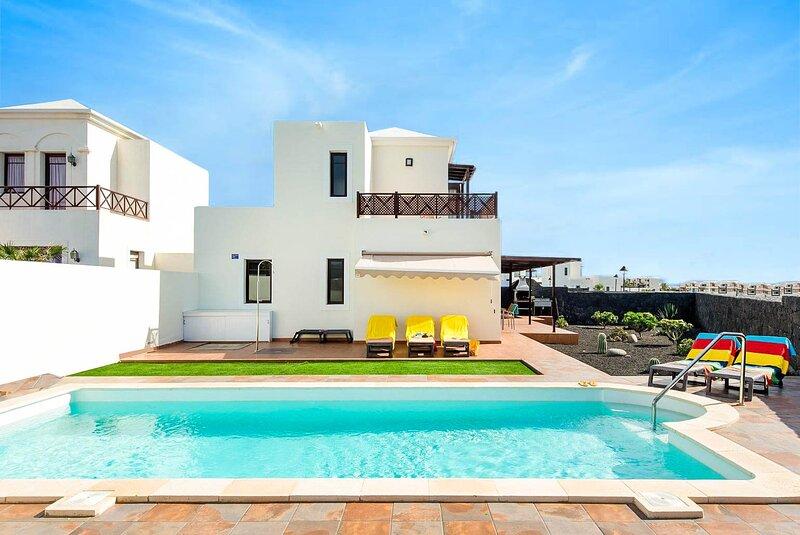 Vista Faro: Large Heated Private Pool, Walk to Beach, A/C, WiFi, holiday rental in Playa Blanca