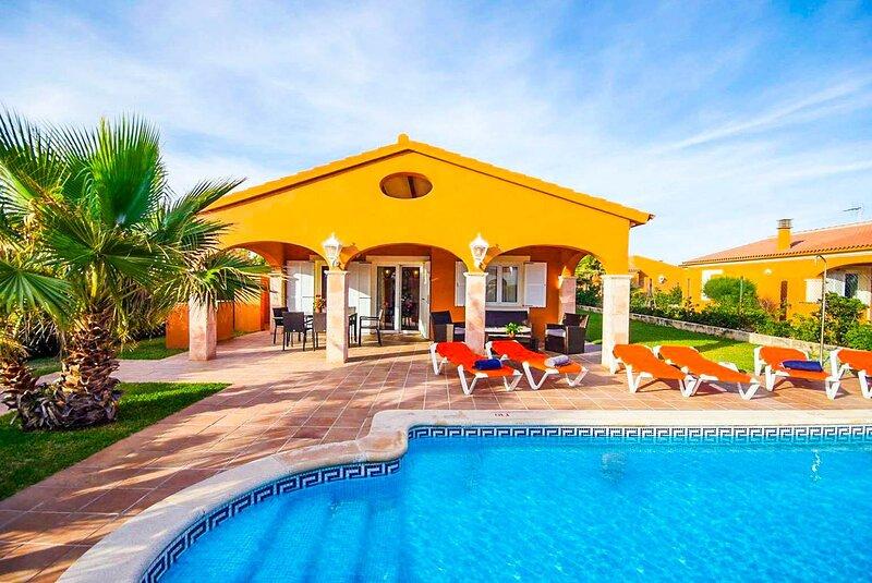 Villa Azalea: Large Private Pool, Walk to Beach, A/C, WiFi, alquiler vacacional en Cap d'Artrutx