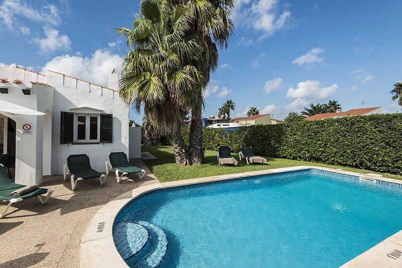 Villa Miguel: Large Private Pool, A/C, WiFi, Car Not Required, alquiler vacacional en Cap d'Artrutx
