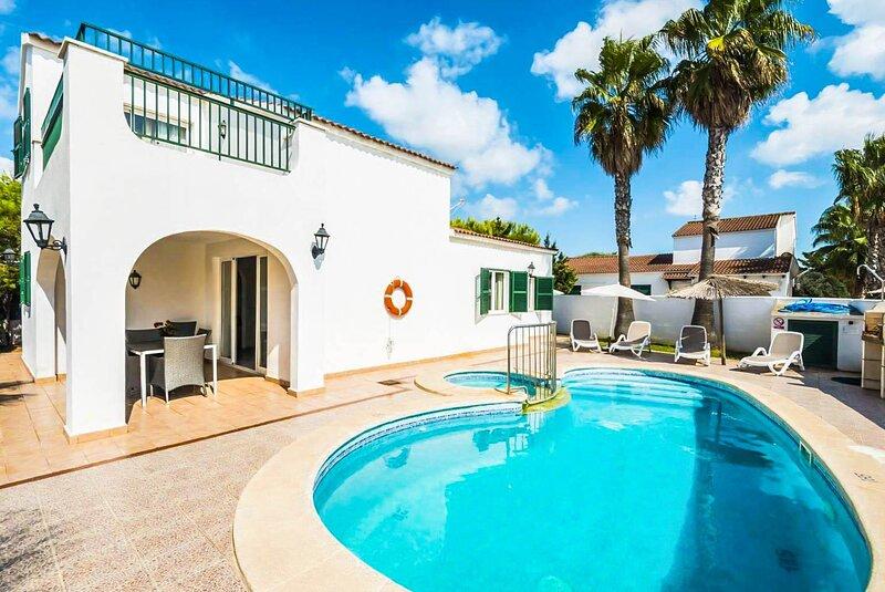 Villa Raquel: Large Private Pool, Walk to Beach, A/C, WiFi, aluguéis de temporada em Cala'n Forcat