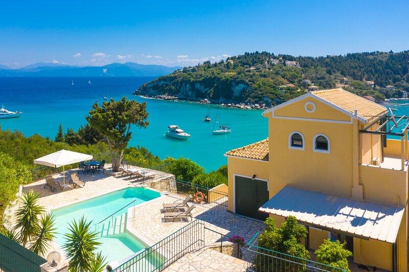 Alexander: Large Private Pool, Walk to Beach, Sea Views, A/C, location de vacances à Mougkelatika