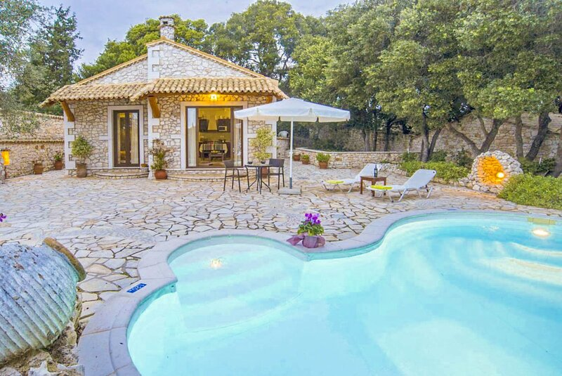 Villa Nionios: Large Private Pool, Walk to Beach, Sea Views, A/C, WiFi, vacation rental in Lakka