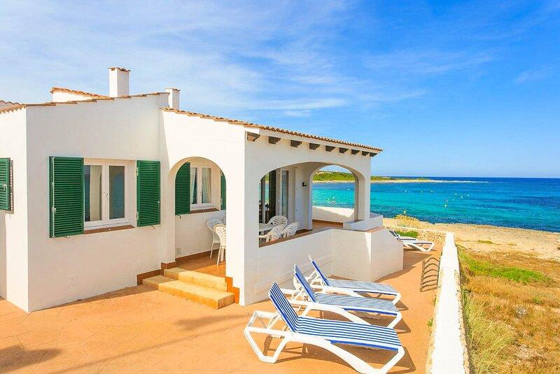Voramar Waterfront: Walk to Beach, Sea Views, A/C, WiFi, Car Not Required, aluguéis de temporada em Es Castell