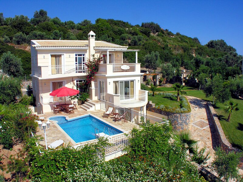 Villa Callistemon: Large Private Pool, Sea Views, A/C, WiFi, alquiler vacacional en Agios Thomas