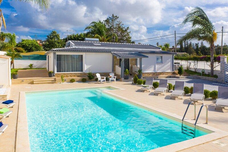 Villa Marianna: Large Private Pool, Walk to Beach, A/C, WiFi, alquiler de vacaciones en Trappeto