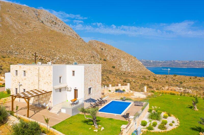 Villa  Lulla: Large Heated Private Pool, Sea Views, A/C, WiFi, location de vacances à Malaxa