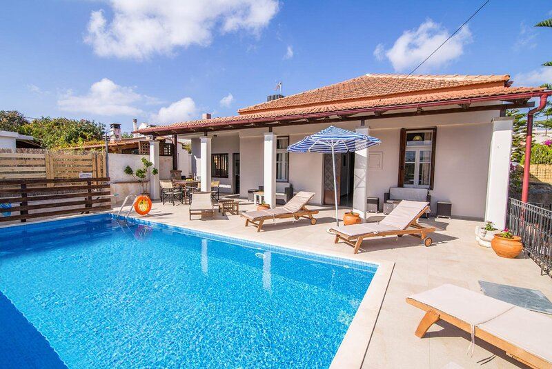 Villa Maro: Large Private Pool, A/C, WiFi, holiday rental in Kefalas