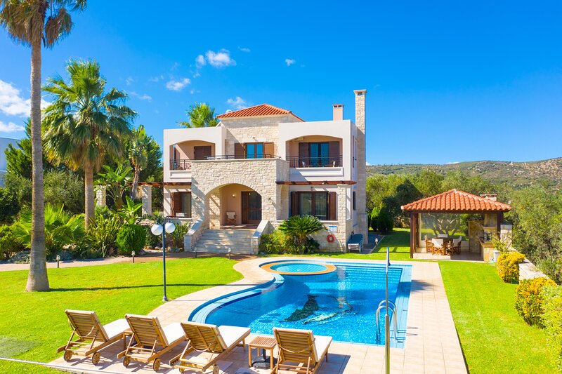 Villa Maria: Large Private Pool, Sea Views, A/C, WiFi, alquiler vacacional en Nochia