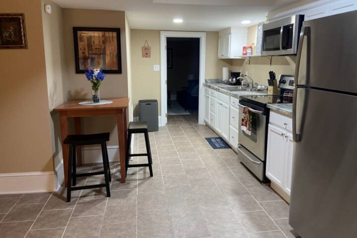 Queen City Getaway - DOUBLE Master Suites - Fire pit / BBQ - Private parking - N, Ferienwohnung in Belmont