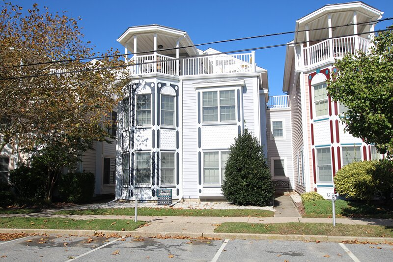 North Rehoboth Townhome just Steps from the Beach and Downtown!, location de vacances à Rehoboth Beach