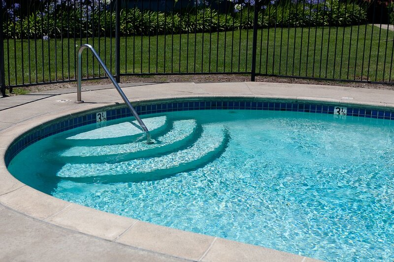 GREAT STAY! 2 BEAUTIFUL UNITS, POOL, NEAR OAKLAND INTERNATIONAL AIRPORT, JACUZZI, vacation rental in Alameda