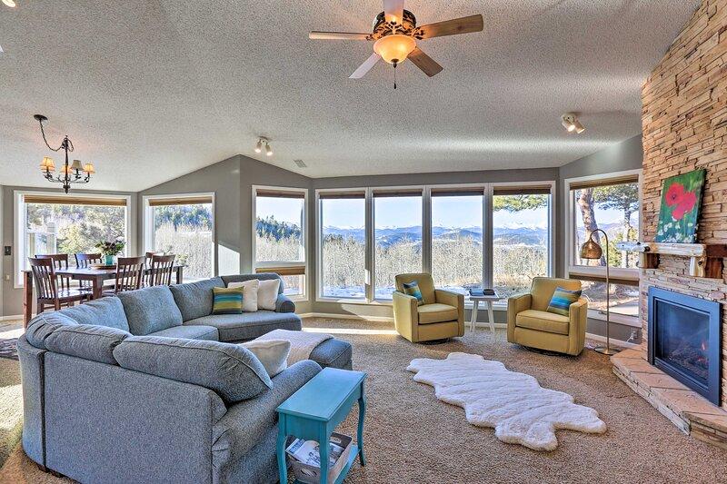 NEW! Airy Forest Escape w/ Mountain View + Hot Tub, aluguéis de temporada em Black Hawk