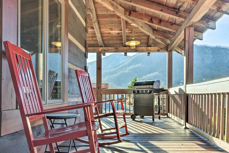 NEW! 'The Cabin at Mary's Place' w/ Mountain Views, vakantiewoning in Maggie Valley