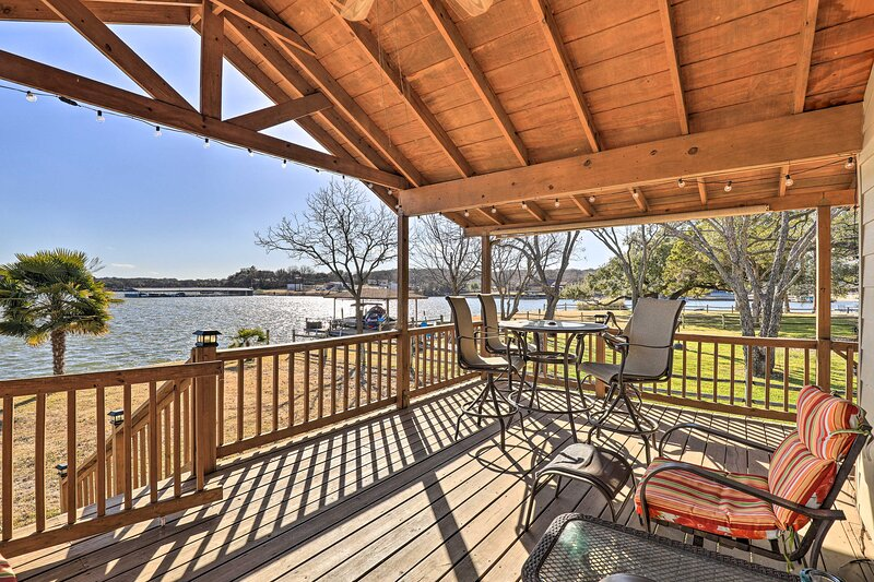 Lakefront Haven ~ 6 Mi to Historic Granbury Square, vacation rental in Godley
