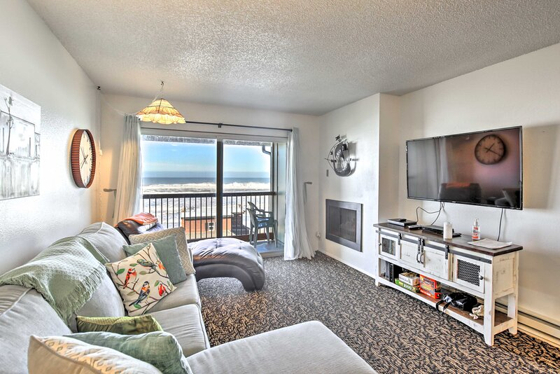 NEW! Lincoln City Condo w/ View, 1 Block to Beach!, holiday rental in Neotsu