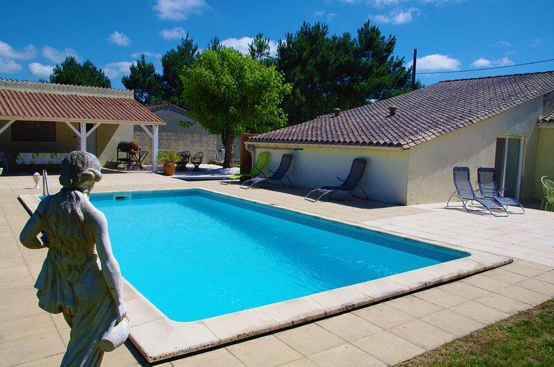 Villa avec piscine sur terrain de 3000m2 proche Bordeaux et Blaye, holiday rental in Reignac