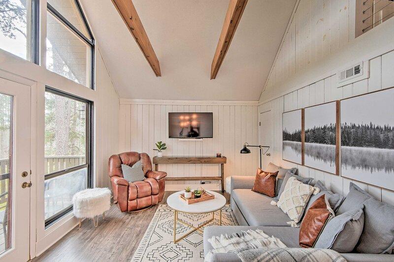 NEW! Designer Retreat w/ Pool, Golf + Beach Access, holiday rental in Salem