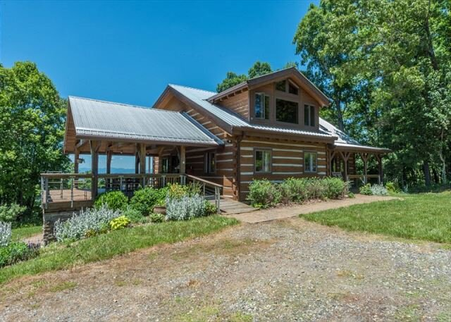 Skyline View Cabin | Traditional Log Cabin with Covered Deck & Sweeping Views, holiday rental in Weaverville