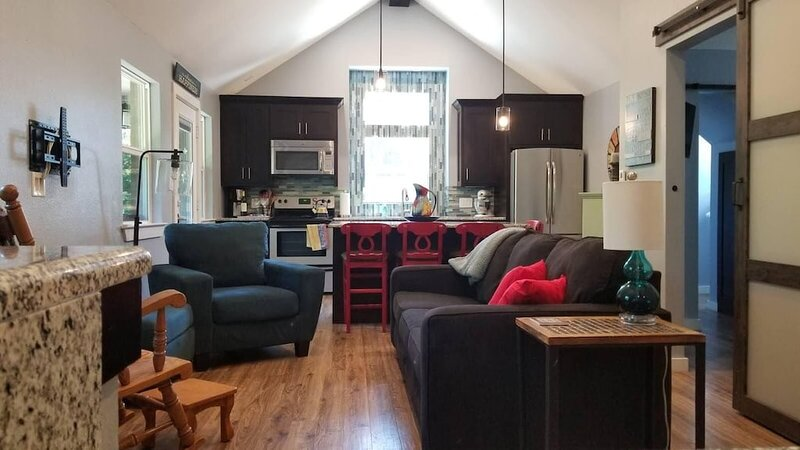 Hummingbird Hideaway! Your Home Away From Home!, vacation rental in Farmersville